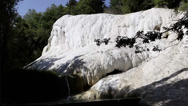 Ai piedi della cascata foto di fosso bianco bagni san filippo